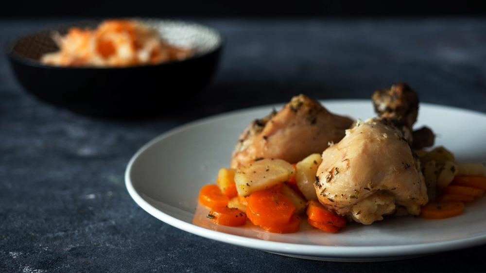 pieczone pałki z kurczaka z marchewką i pietruszką